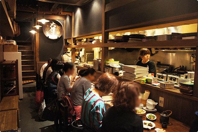 店内は少し暗めで落ち着いた雰囲気。1階席はカウンターのみ、2Fはテーブル席です。