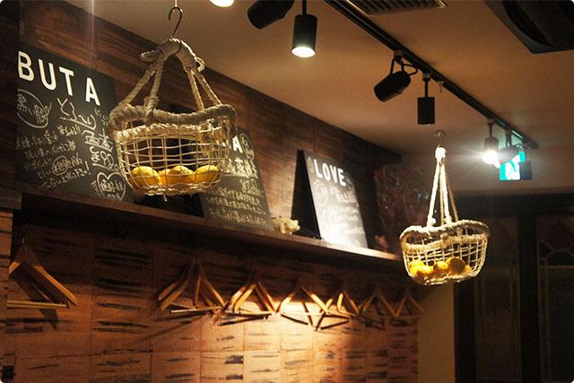 ふと店内を見渡すと天井には吊るされたレモンたち。
