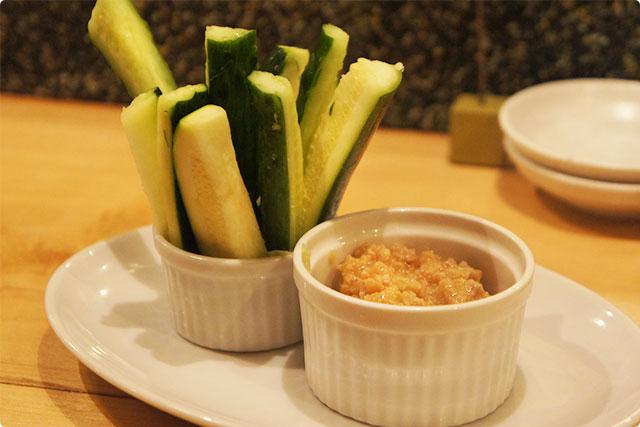 そして最初に出てきたのはお通しの『キュウリとズッキーニの野菜スティック 肉みそ添え』