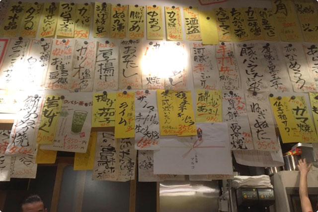 壁には手書きの短冊メニューがビッシリ!