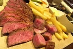 【肉友(にくとも)】三越前の路地裏。予約の取れない大人気店「肉山」プロデュースの肉ビストロにて肉三昧!