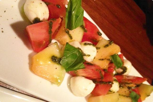 『トマトと季節フルーツのカプレーゼ』