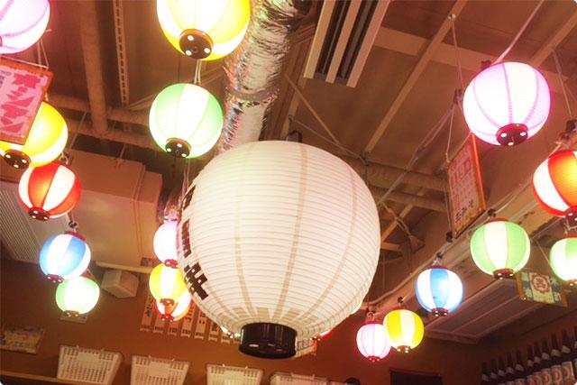 アクセントでレインボーの提灯とデカすぎる提灯がインパクトあります!