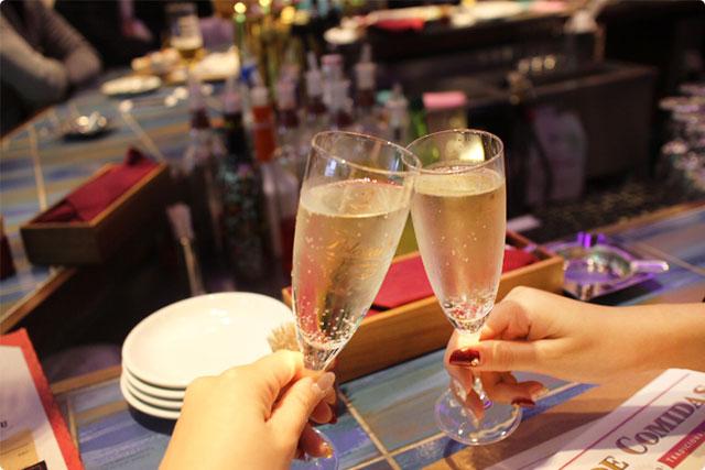 今日のコンセプトはシャレオツ女子会♪とゆーことでスペインのスパークリングワイン『カヴァ』で「salud(サルー)!!」←カンパーイ!!