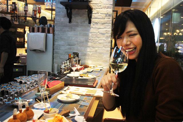 同期のなっちゃんもこの笑顔!ワインのデキャンタがすすむすすむ!