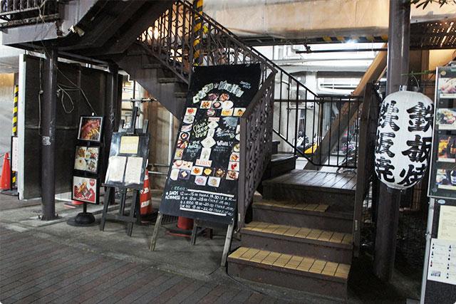 お店は2階なのでこちらの階段から上がりますよ。