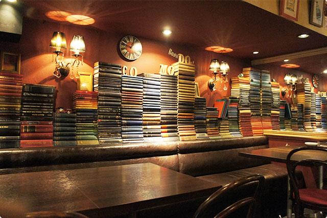 壁には味のある古書が積み上げられており、とってもオシャレ♪
