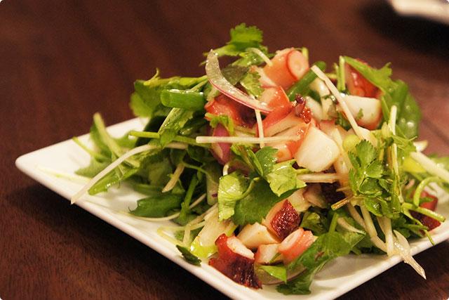 まずは前菜の中から『タコパクチー』¥560を注文。